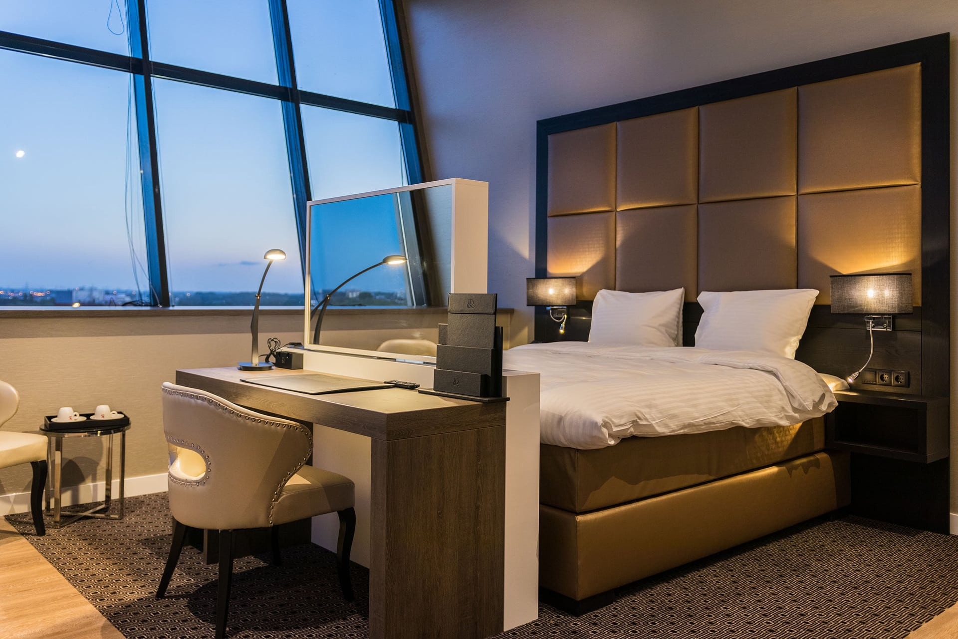 Luxe exclusieve sfeervolle hotelkamer maatwerk interieur luxe bedachterwand bed met tv lift details (2)