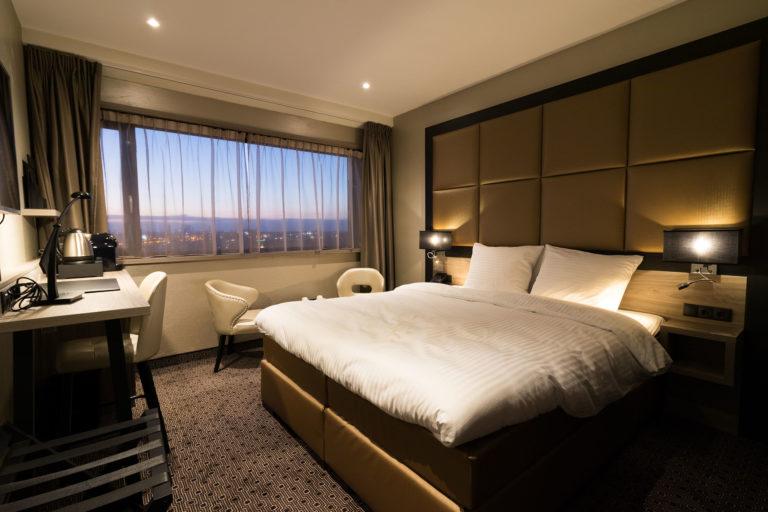 Luxe exclusieve sfeervolle hotelkamer maatwerk interieur luxe bedachterwand bed met tv lift details (3)