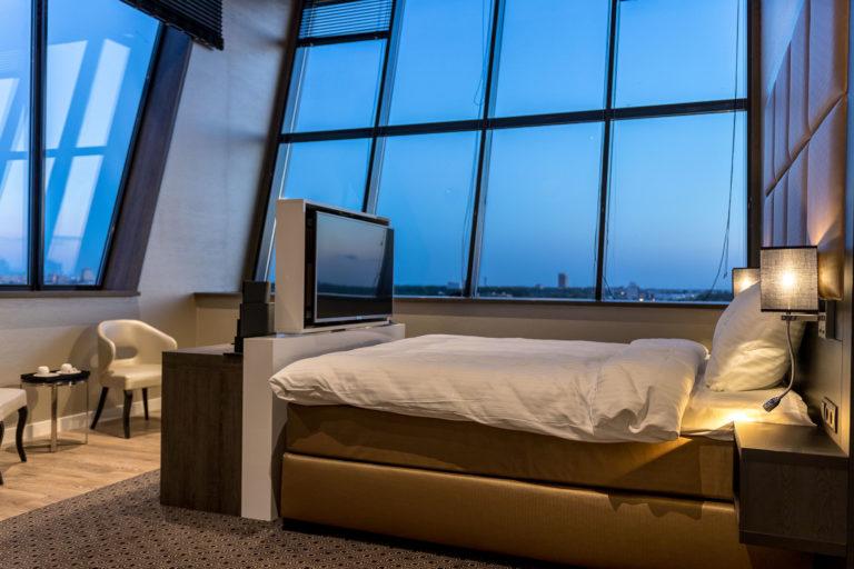 Luxe exclusieve sfeervolle hotelkamer maatwerk interieur luxe bedachterwand bed met tv lift details