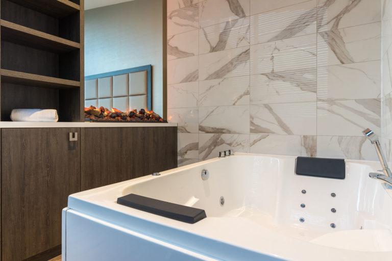 Luxe stijlvolle hotelkamer maatwerk interieur exclusieve badkamer met openhaard