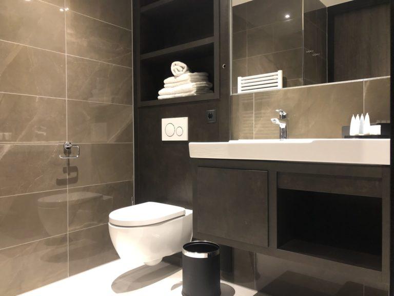 Luxe stijlvolle hotelkamer maatwerk interieur luxe toilet details comfort badkamer
