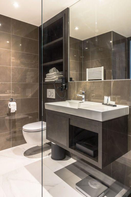Luxe stijlvolle hotelkamer maatwerk interieur luxe toilet details comfort badkamer (2)